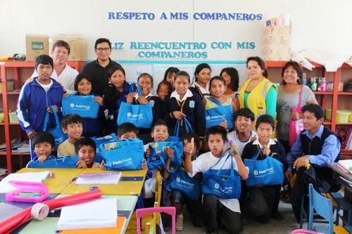 Fenix Power entrega packs escolares en IE 20960 Las Salinas