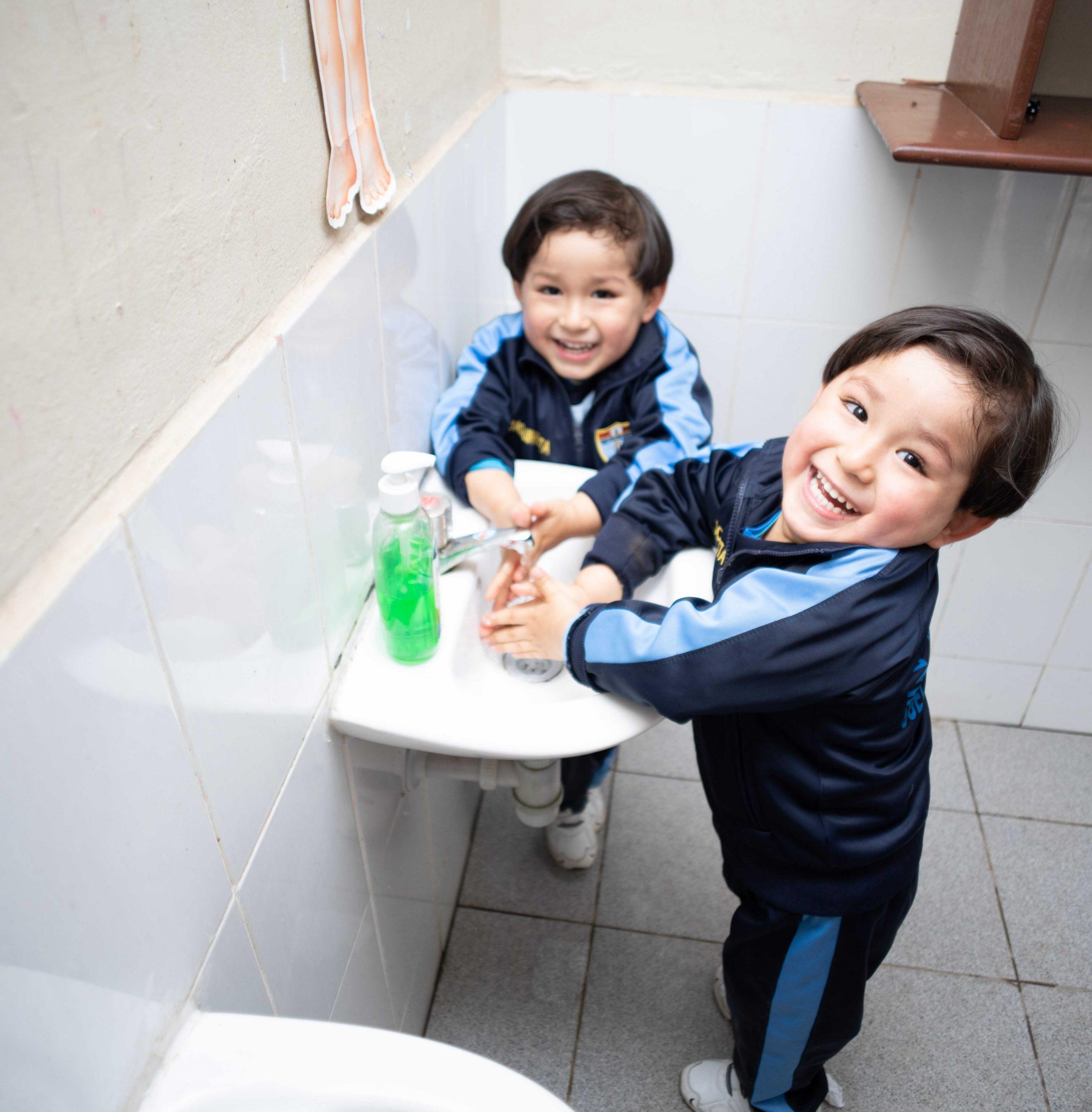 Fenix asegura abastecimiento de agua potable a comunidad vecina en periodo de emergencia nacional