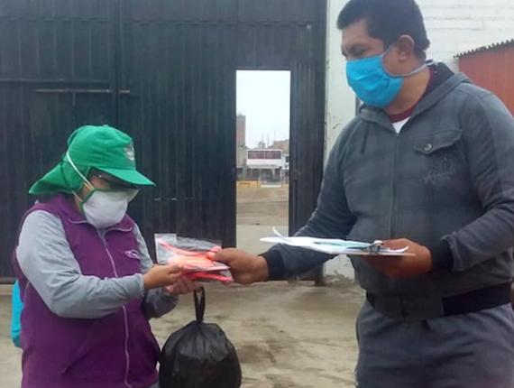 Entrega de mascarillas y protectores faciales para personal de primera línea de defensa en Chilca