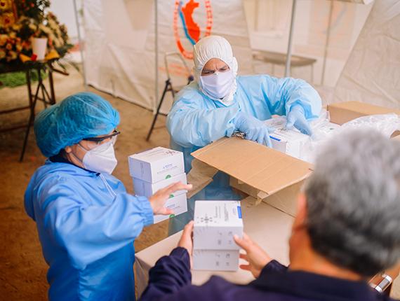 Fenix entrega 1500 pruebas serológicas a Microred de Salud de Chilca