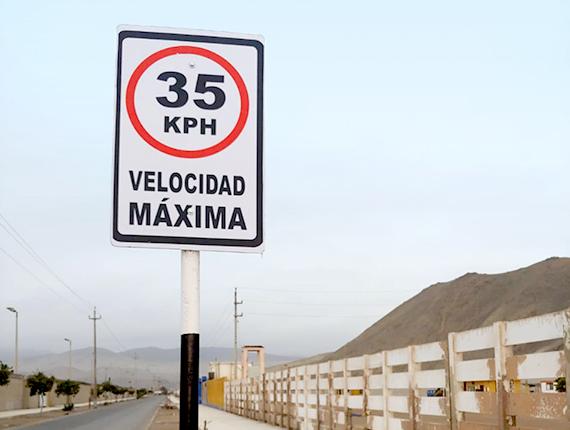 Fenix y Asociación por el Turismo de Chilca realizan mantenimiento e instalación de señales de tránsito en Las Salinas