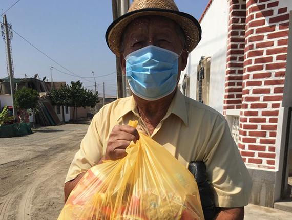 Fenix continúa con la entrega kits de alimentos a vecinos